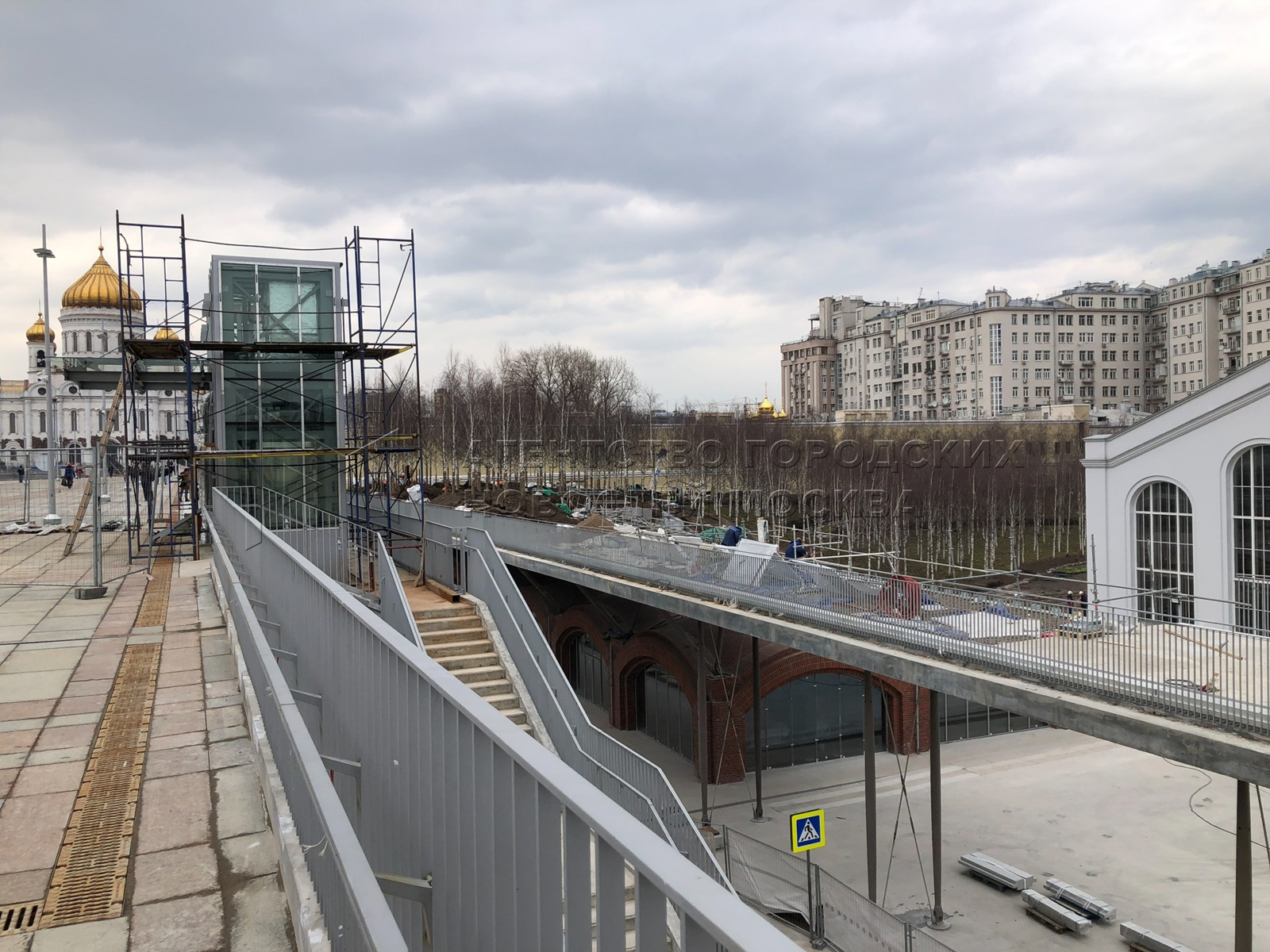 Строительство и благоустройство подвесных садов на территории ГЭС-2 в центре Москвы.