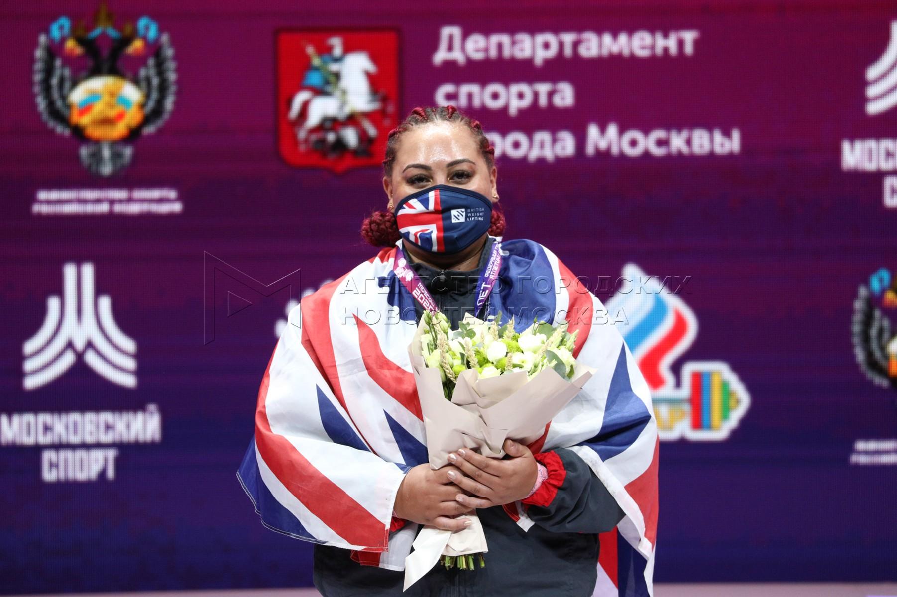 Спортсменка Эмили Кэмпбелл (Великобритания) во время церемонии награждения победителей в соревнованиях среди женщин в весовой категории свыше 87 кг на чемпионате Европы по тяжелой атлетике во Дворце гимнастики Ирины Винер-Усмановой.