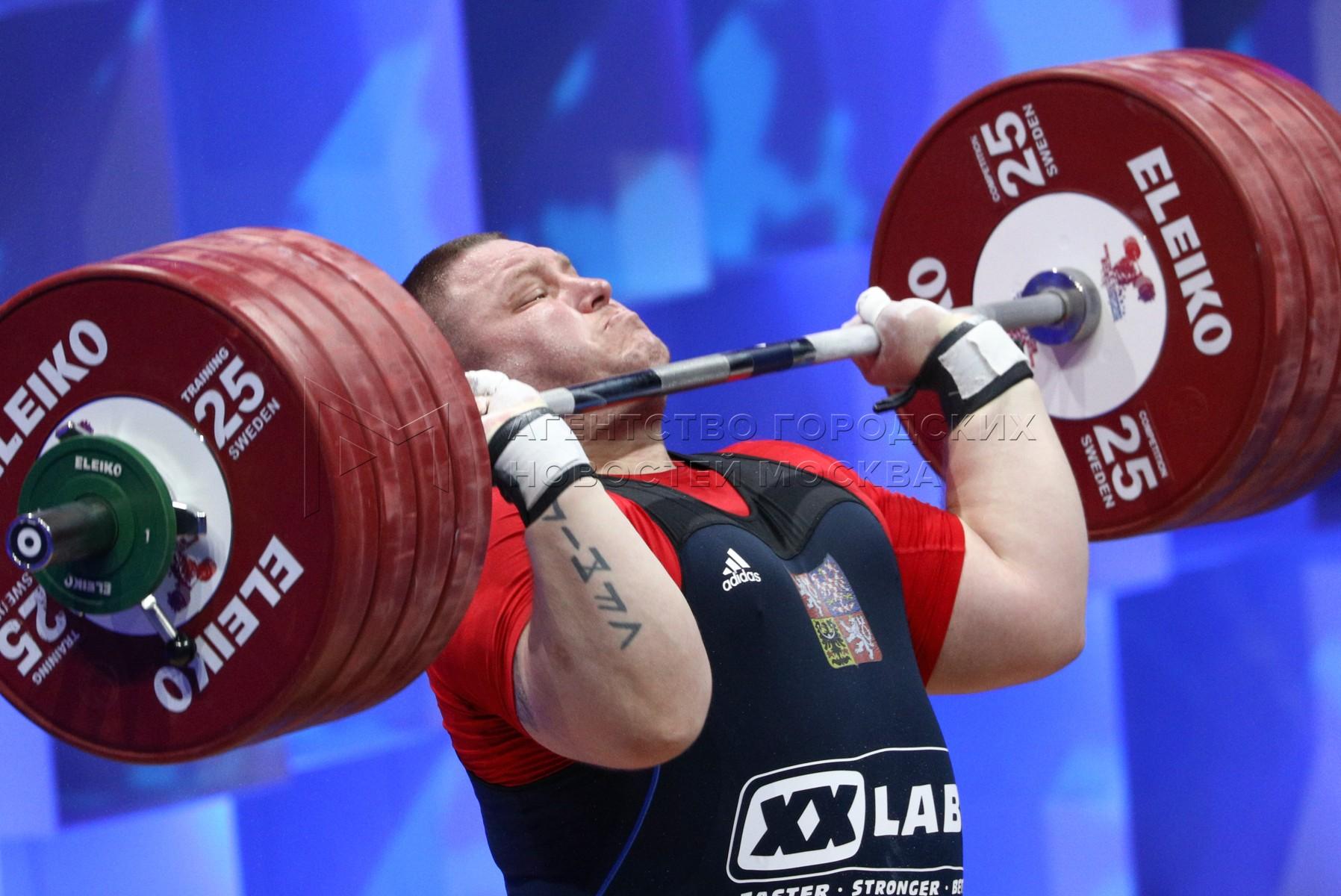 Спортсмен Камил Кучера (Чехия) во время соревнований среди мужчин в весовой категории свыше 109 кг на чемпионате Европы по тяжелой атлетике во Дворце гимнастики Ирины Винер-Усмановой. День восьмой.