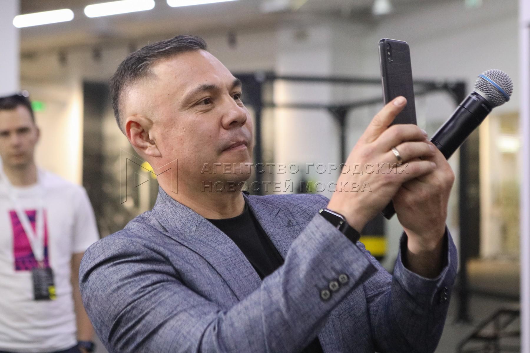 Боксер Константин Цзю на открытии своей школы фитнес-бокса при клубе 5element в ТРЦ «Афимол Сити».