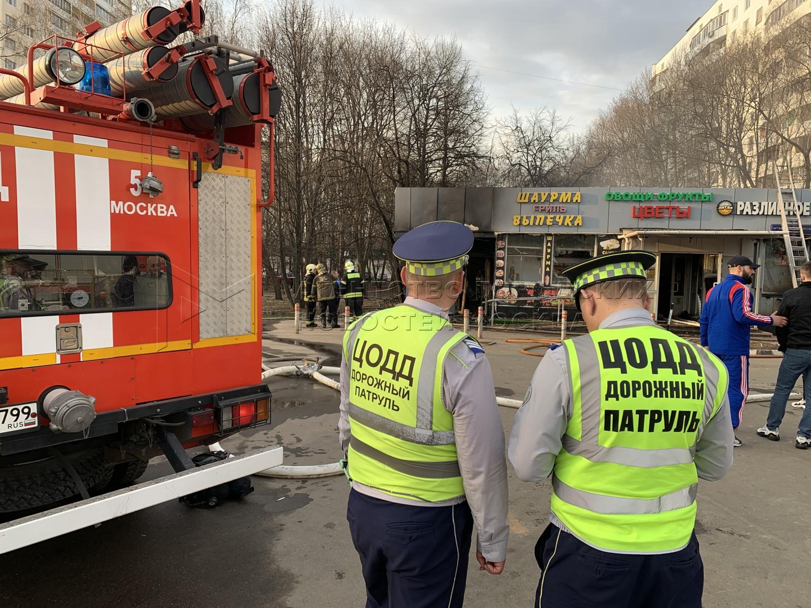 Оперативные службы на месте пожара в торговом павильоне на улице 26-ти Бакинских Комиссаров, 2а на юго-западе Москвы.