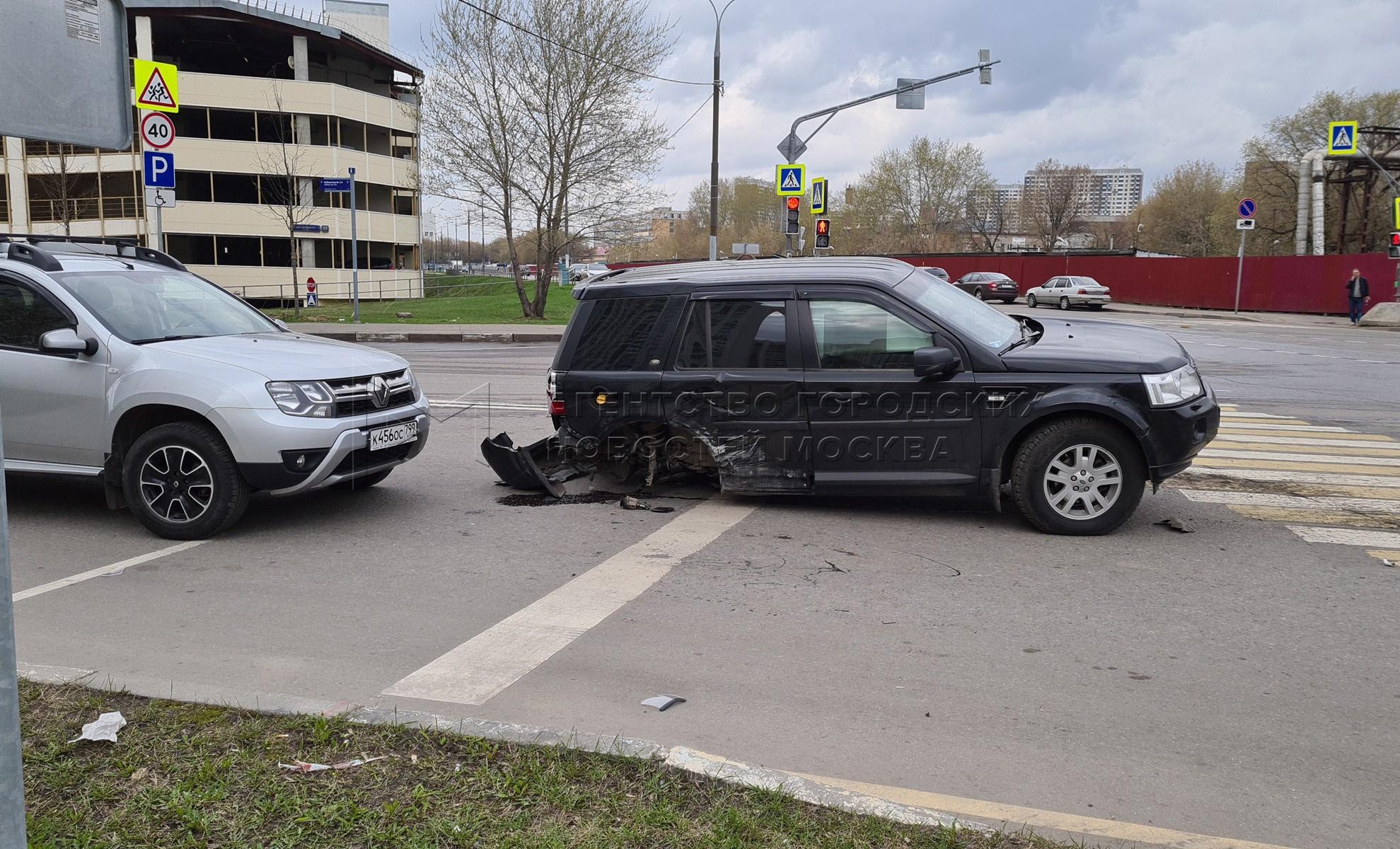 Последствия ДТП с участием трех автомобилей на ул. Саратовская, д. 26.