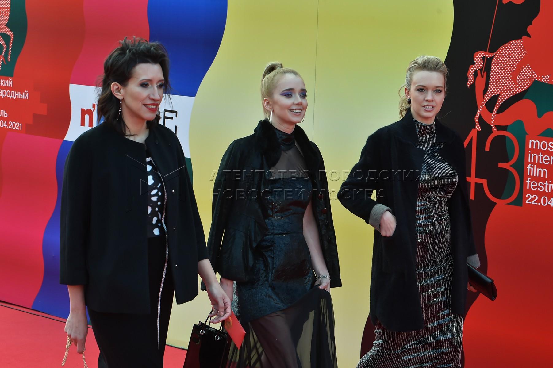 Актрисы Елена Борщева, Алена Чехова, Виктория Рунцова (слева направо) на церемонии закрытия 43-го Московского международного кинофестиваля (ММКФ).