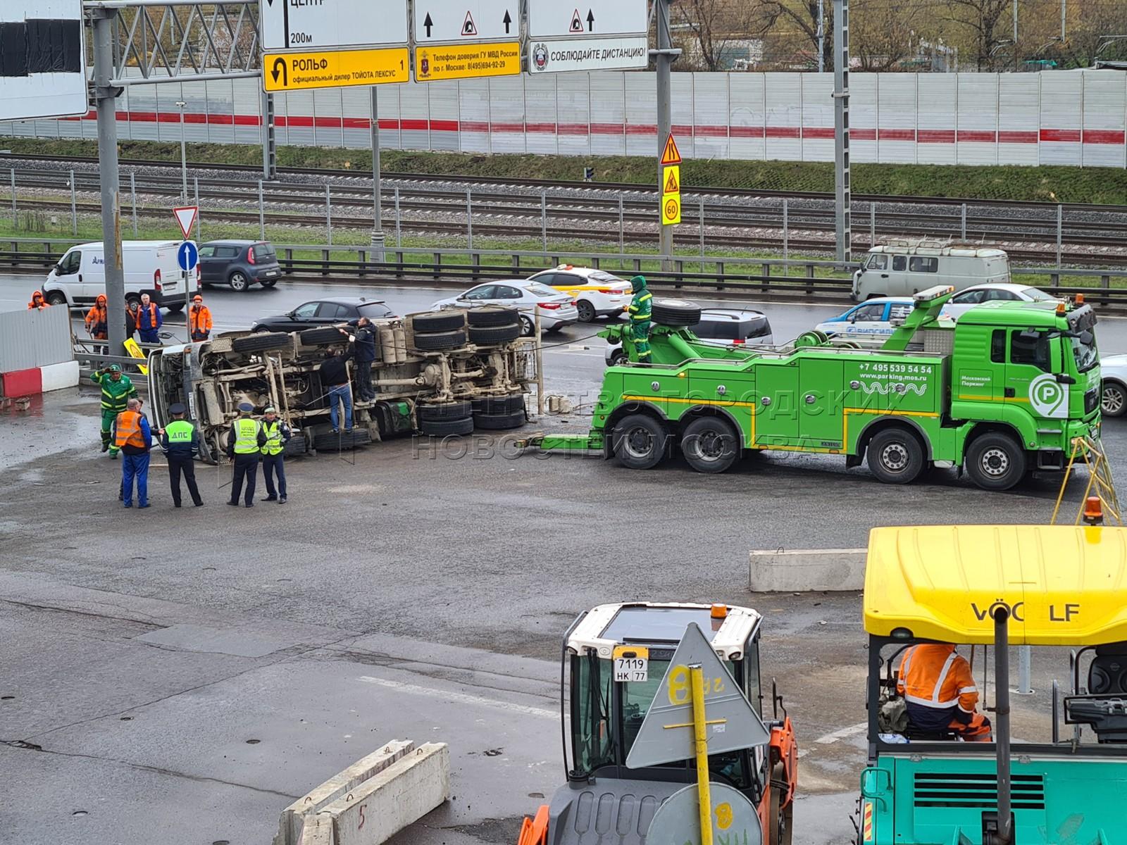 На Третьем транспортном кольце (ТТК) в районе съезда с Волгоградского проспекта произошла авария с участием бетономешалки.