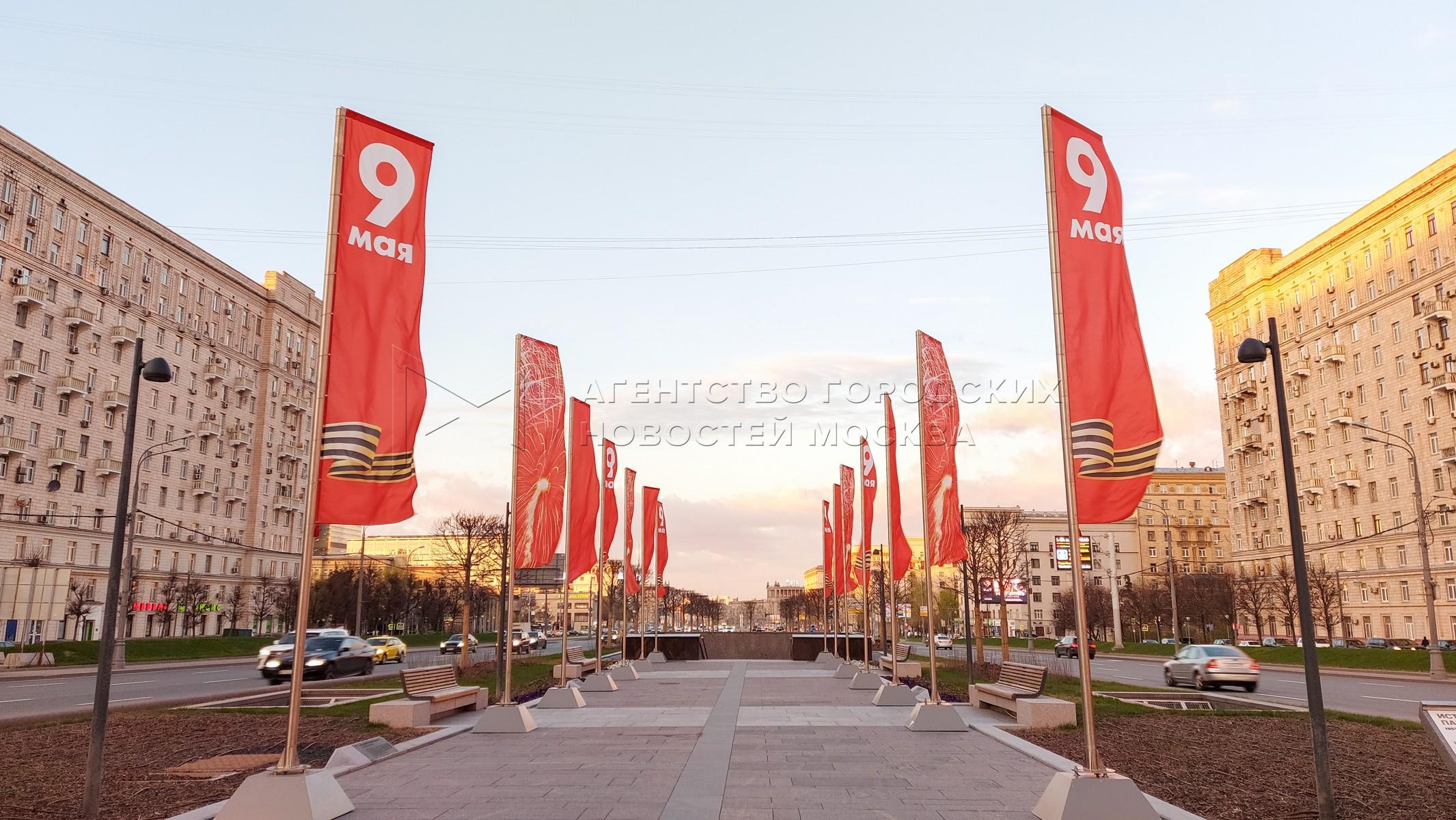 Праздничное оформление площади у Триумфальной арки к 76-летию Победы в Великой Отечественной войне.