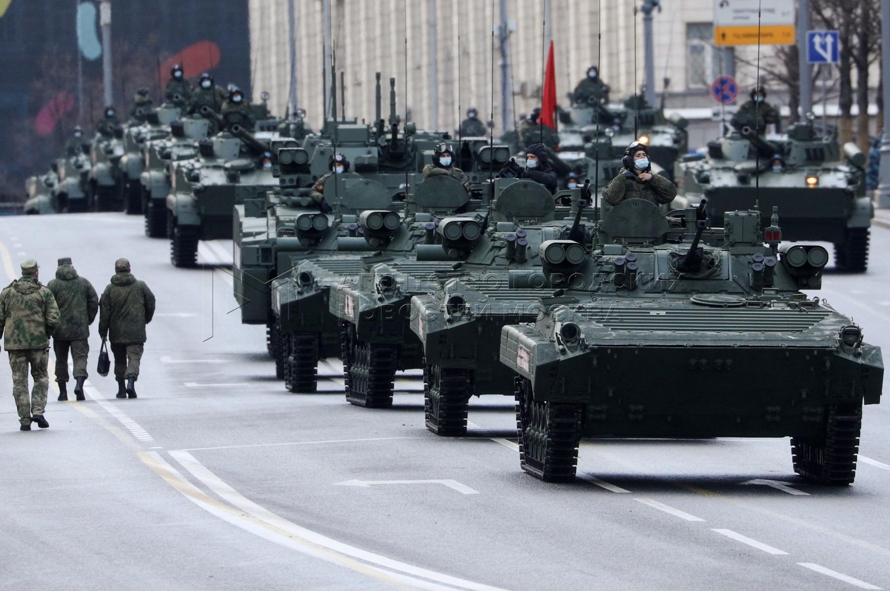 Движение военной техники по ул. Тверская на вторую ночную тренировку на Красной площади в честь 76-ой годовщины Победы в Великой Отечественной войне.