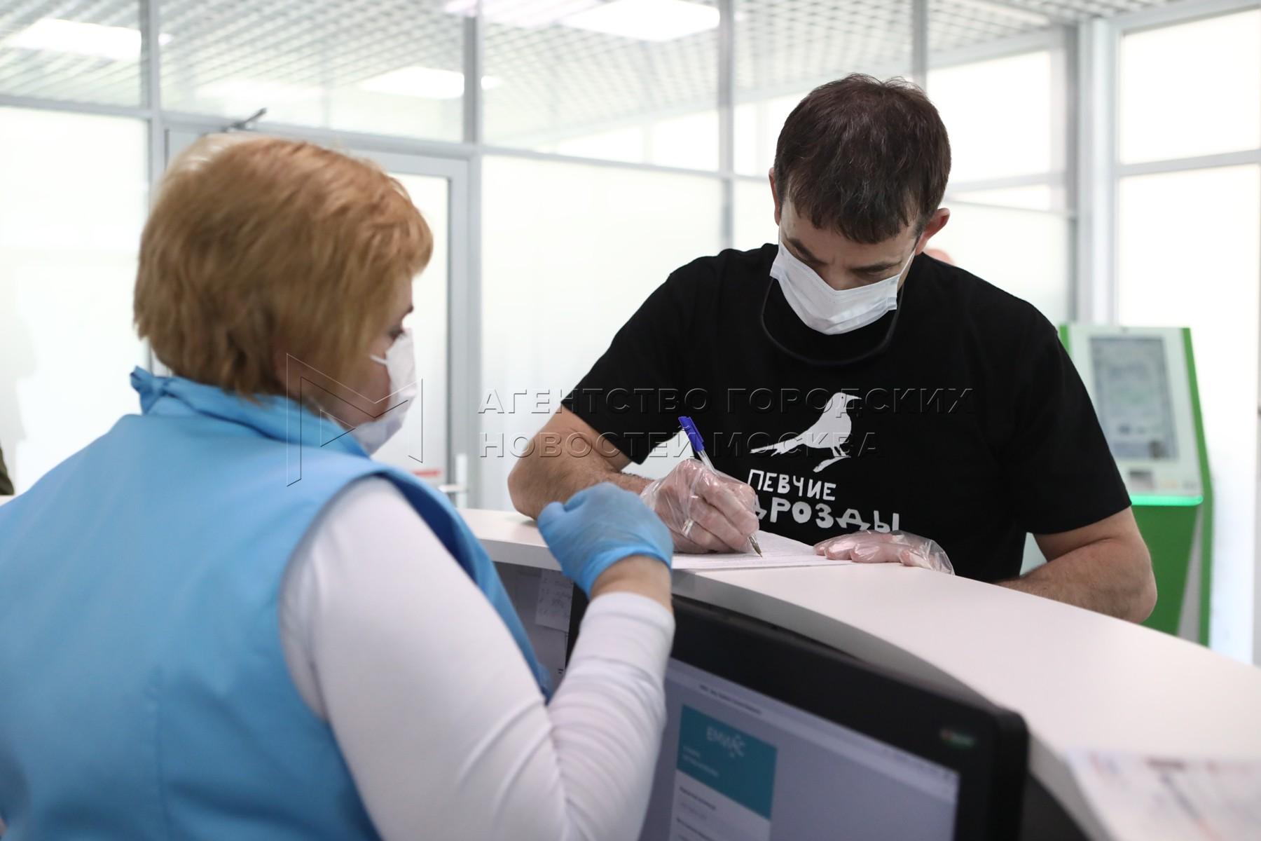 Народный артист России Дмитрий Певцов посетил павильон «Здоровая Москва» на ВДНХ.