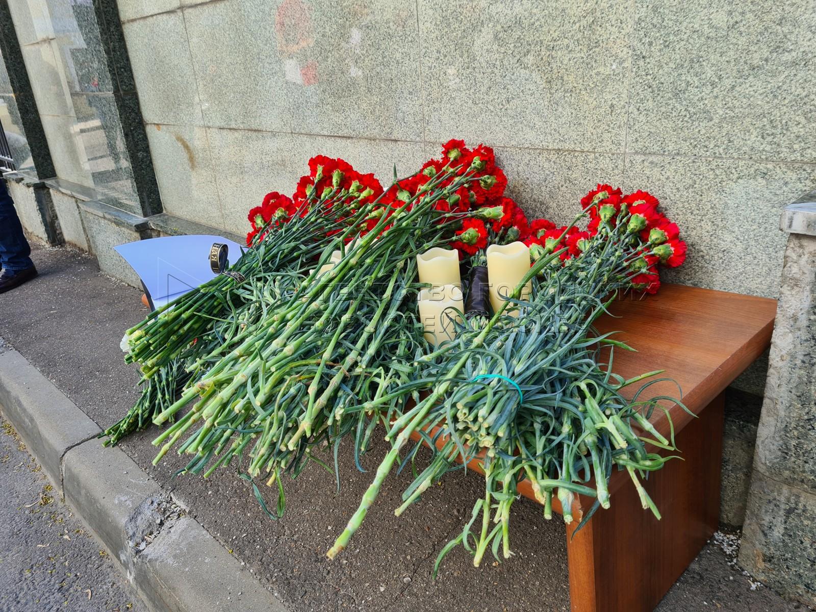 Цветы и свечи у здания представительства Республики Татарстан в Москве в память о погибших в результате стрельбы в одной из школ Казани.