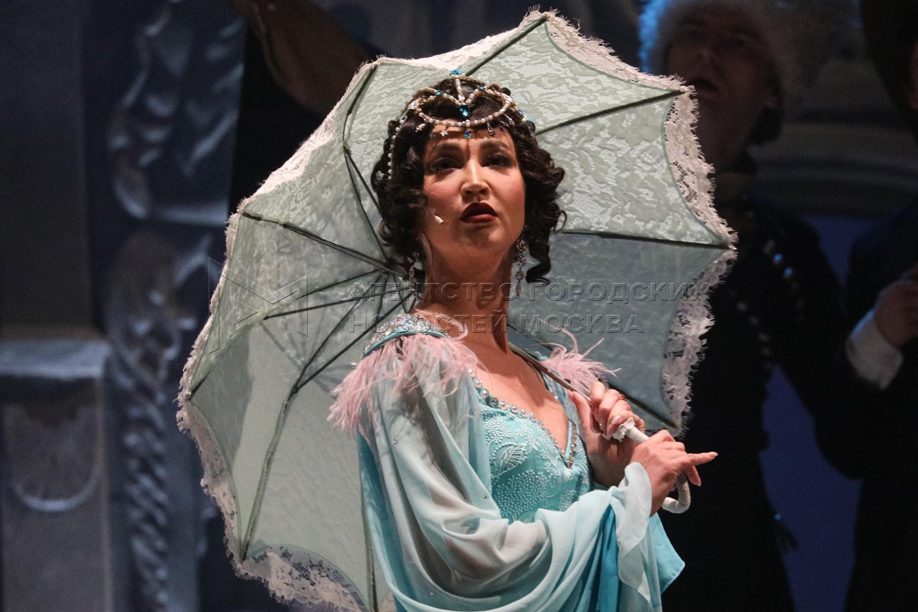 Актриса Ольга Бузова в роли певицы Бэллы Шанталь во время пресс-показа спектакля «Чудесный грузин» в МХАТ имени Горького.