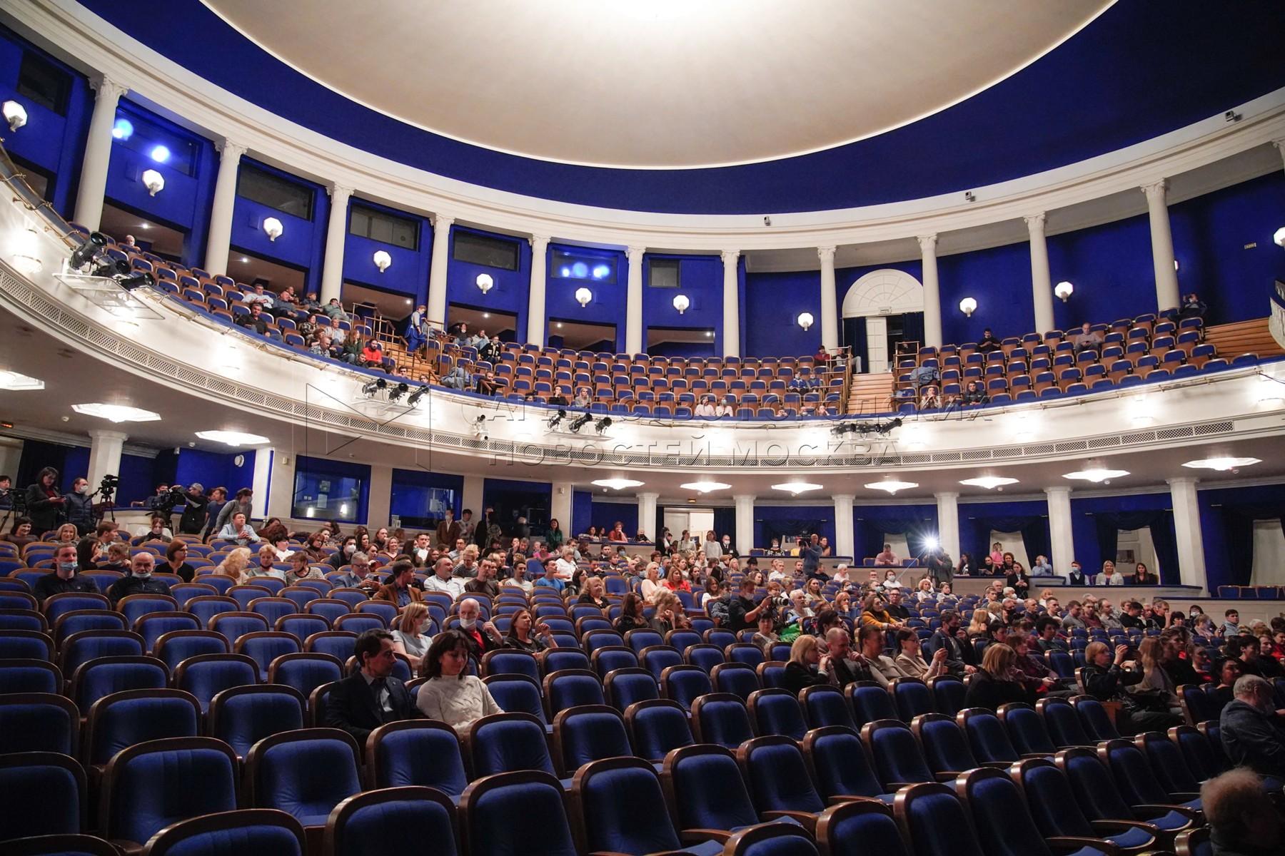 Сбор труппы в Московском академическом музыкальном театре имени Станиславского и Немировича-Данченко.